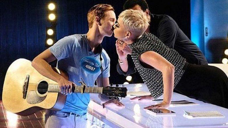 Acusan a Katy Perry de acoso por besar a un joven cantante