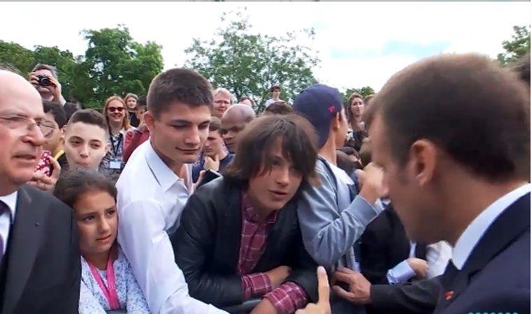 Emmanuel Macron regaña a adolescente; video se hace viral
