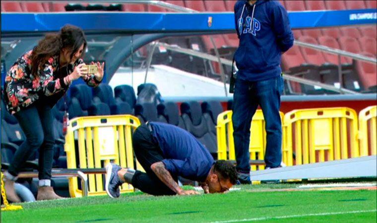 Desconsolado llanto de Neymar tras la eliminación de Barcelona