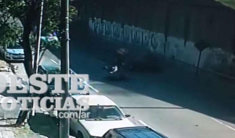 Impresionante video escapan de la Policía y caen por la autopista