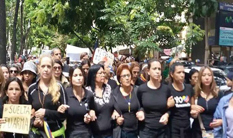Vestidas de negro, madres opositoras marcharon en Caracas