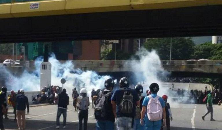 (VIDEO) Caracas: Heridos siete GNB por un explosivo casero en Altamira