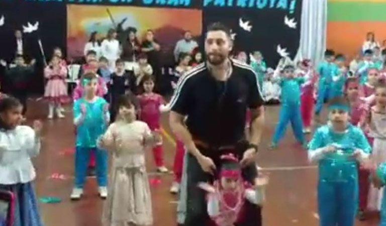 Profesor construye arnés para que su alumna discapacitada pueda bailar