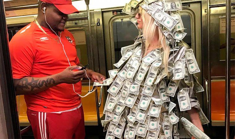 Mirá cómo Vicky Xipolitakis repartió dólares por EE.UU