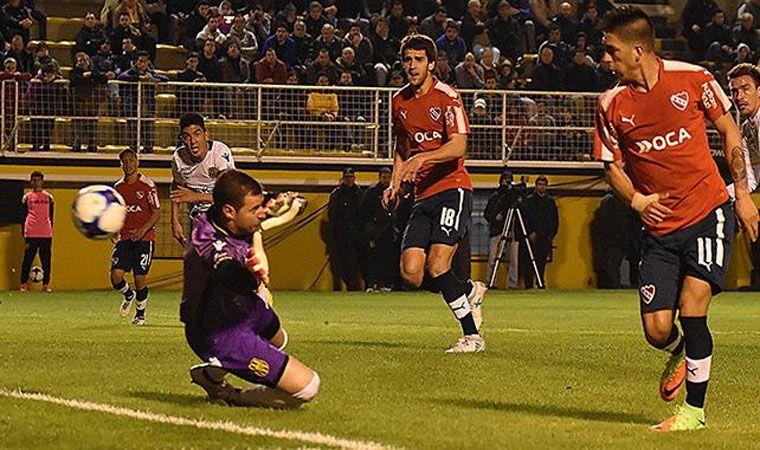Olimpo e Independiente a mano en 1