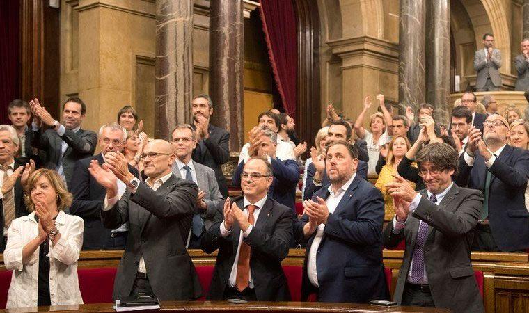Fiscalía española pide imputar a alcaldes catalanes por apoyar el referendo