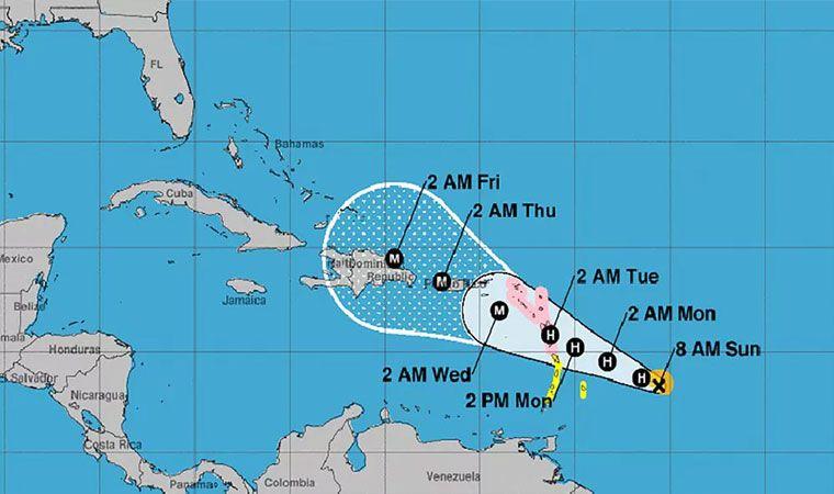 Huracán María toca tierra con vientos de 250 km/hy deja dos muertos