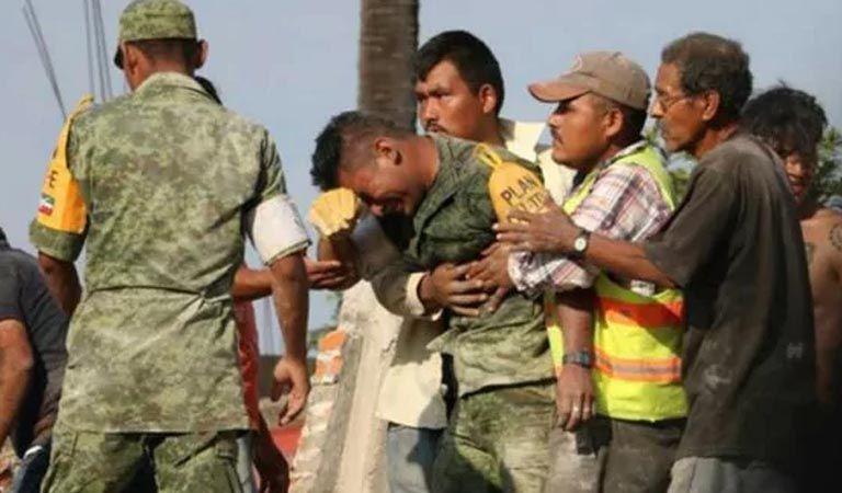 Foto de este soldado llorando se volvió viral — Terremoto en México