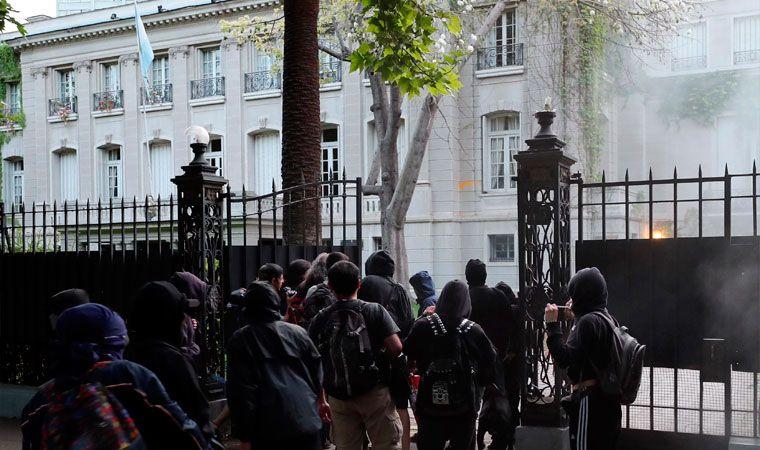 Apedrean embajada de Argentina en protesta por caso Santiago Maldonado
