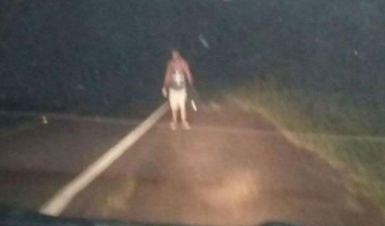 Pareja olvida a su amigo en medio de la ruta