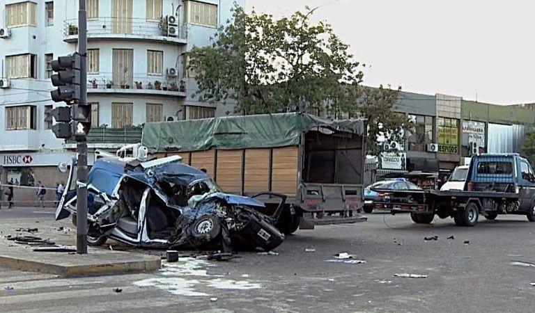 Dos policías muertos tras chocar con un camión durante una persecución